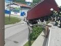 FOTO Kuriózna nehoda v Žiline ochromila dopravu: Kamionista prerazil zvodidlá a zletel z mosta