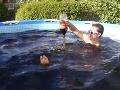 Mladíci naliali do bazéna 5600 litrov Coly: VIDEO bláznivého kúpeľa a zničenia drahého drona