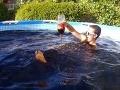 5670 litrov nápoja Coca Cola a Mentos v bazéne. YouTube hit má milióny prezretí za pár dní