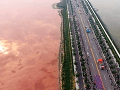 Čínske Mŕtve more sa zmenilo na krv, VIDEO nezvyčajného fenoménu