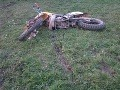 Dopravná nehoda spôsobila motocyklistovi