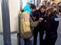 Bezdomovec žobral na ulici,