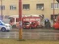 FOTO Vážne nehody v Bratislave: Zrážky s električkou a autobusom MHD, vodič zakliesnený vo vraku