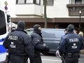 Policajti hliadkuje pred mešitou