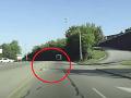 Desivé okamihy na ceste: VIDEO Z idúceho autobusu vypadlo dievčatko (4), stáli pri ňom všetci svätí