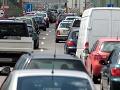 Vodiči, pevné nervy: V Bratislave a okolí hlásia viacero nehôd a zhustenú premávku