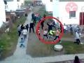 Uniklo VIDEO policajnej brutality z osady na východe Slovenska: Razia, schytali to aj deti