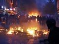 Hamburg sa ponoril do anarchie: VIDEO Demonštranti odtrhnutí z reťaze, ohne v uliciach