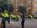 VIDEO Londýn zachvátili protesty: Spôsobila ich smrť mladíka, polícia v pozore