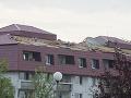 Poškodená strecha na domove dôchodcov v bratislavskej Rači po nočnej búrke