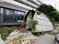 Strhnutá strecha v bratislavskej Rači po nočnej búrke