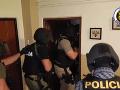Akčná policajná razia proti lúpežnému gangu: VIDEO Zadržali troch mužov a množstvo zbraní