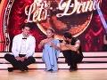 Adela Banášová s promi tanečníkmi Petrom Varinským a Braňom Deákom reklamnú prestávku prečkali na schodíkoch.