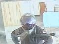 FOTO Ako z akčného filmu: Vylúpil bratislavskú banku a ušiel na motorke, pomôžte ho vypátrať