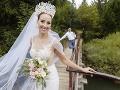 Moderátorka Fun rádia a bývalá rosnička RTVS Lucia Palšovičová mala krásne šaty a korunku so závojom.
