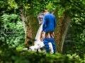 Svadobná FOTO, akú ste ešte nevideli: Preboha, veď nevesta dáva ženíchovi...!