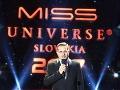 V úvode priameho prenosu sa divákom prítomným v Zimnej jazdiarni Bratislavského hradu prihovoril manžel riaditeľky Miss Universe SR Silvie Lakatošovej Pavol Chovanec.