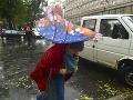 Príroda ukazuje silu: V Rumunsku si počasie vyžiadalo obeť, v Maďarsku víchrica prevracala autá