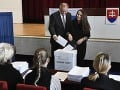 Na snímke zľava prezident SR Andrej Kiska s manželkou Martinou vhadzujú obálky s hlasovacími lístkami do volebnej schránky počas volieb do orgánov samosprávnych krajov vo volebnej miestnosti na mestskom úrade v Poprade.