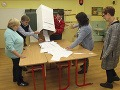 Na snímke členovia okrskovej volebnej komisie spočítavajú hlasy po skončení volieb do orgánov samosprávnych krajov v Komárne