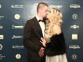 Speváčka Dominika Mirgová dala manželovi Petrovi takúto veľkú pusu.