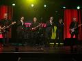 Počas večera zahrala kapela Hex a spolu s ňou si zaspievali aj hlavní hrdinovia zo seriálu Oteckovia.