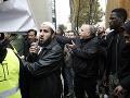 Napätie na predmestí Paríža: FOTO Poslanci chceli zabrániť modlitbám moslimov pred radnicou