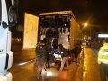 MIMORIADNA SPRÁVA Obrovský zásah pri Žiline: V kamiónoch 78 utečencov vrátane detí