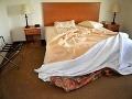 Manželia chceli osláviť výročie ich svadby: Hnus na posteli v hoteli ich totálne odrovnal