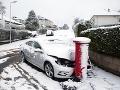 VIDEO V Británii vystrája počasie: Doprava je narušená, ľudí ohrozujú vo vetre lietajúce trosky
