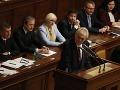 V Česku rastie pred voľbami napätie, veľkú šancu uspieť má Zeman