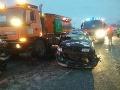 Nehoda auta s posýpačom.