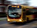 Autobus v Rakúsku sa na zastávke dal z neznámych príčin do pohybu, 10 zranených