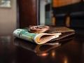 Zlodej ukradol poriadne tučnú peňaženku: Našiel v nej sedem tisíc, dlho sa z nich netešil