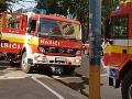 Pri rozsiahlom požiari v obci Drietoma zasahuje niekoľko hasičov