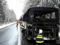 V Česku začal horieť autobus plný detí: Na mieste nehody zasahujú hasiči
