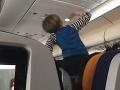 VIDEO Chlapec sa na palube lietadla správal ako šialený: Nočná mora, mali by z neho vyhnať diabla!