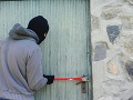 Polícia je na stope zlodejovi: Vlámal sa do rodinného domu v Hlohovci