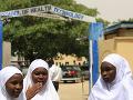 Útok teroristov na školu: Vojaci oslobodili časť unesených školáčok, dve sú mŕtve