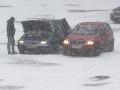 Slovensko zasiahlo prudké ochladenie: FOTO Silný vietor trhal strechy, boj so snehom