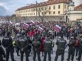 FOTO Tisícky Slovákov opäť v uliciach: Nahnevaný dav pred parlamentom, výzvy premiérovi