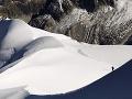 Pád lavíny vo francúzskych Alpách: Lyžiari pochovaní pod snehom, minimálne jeden zahynul