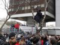 Bujará demonštrácia v Paríži: Demonštranti rozbíjali výklady, spacifikovala ich až polícia