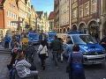 V Nemecku auto vrazilo do sediacich ľudí: Mal to byť útok, niekoľko mŕtvych!