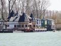 Majitelia luxusných hausbótov chceli mať idylku na Dunaji: VIDEO Teraz žijú na stavenisku