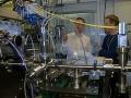Vedci v laboratóriu úplnou