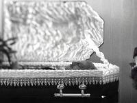 Miro Jaroš si prežil vlastnú smrť. Vo videoklipe k najnovšej piesni Navždy sám sa dokonca nechal aj pochovať.