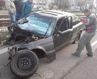 Havarované auto roztrhlo na dve polovice. 17.12.2007 08:54