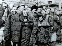 Väzni v Osvienčime.
