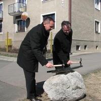 Primátor Popradu Anton Danko(vľavo) a riaditeľ stavebnej firmy Stemp M&G poklopávajú základný kameň nových 84 nájomných bytov v lokalite Továrenská štvrť v Poprade - Matejovciach.
